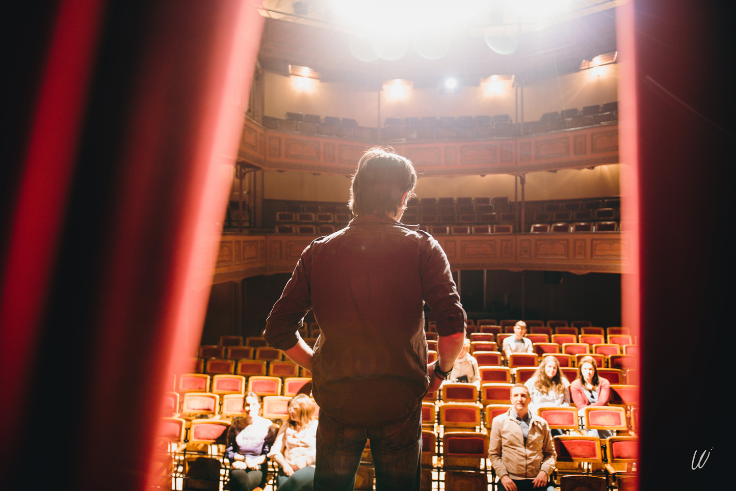 Vue du public au théâtre depuis la scène