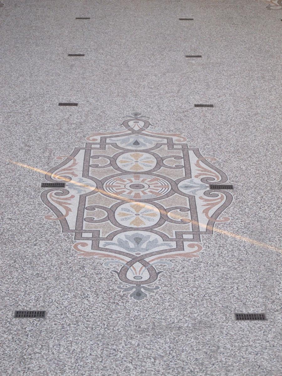Vue du sol d'une cour barré d'un trait de lumière